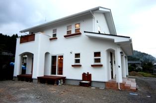 彩りのかわいい真っ白な漆喰の家