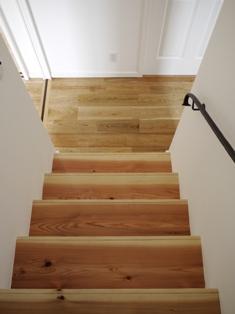 杉板の階段とアイアン手摺