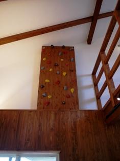 リビングに入ると正面に立ちはだかる壁 クライミングウオール