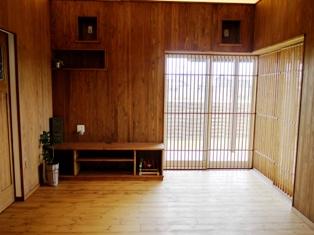 杉板貼りの壁とパイン無垢材の床