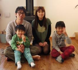 お気に入りの薪ストーブの前で家族写真を一枚