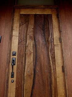 重厚で雰囲気のある木製創作ドア