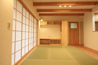 畳と杉板の床、漆喰の白、障子がやさしい色合いの和室